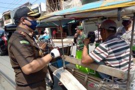 Jaksa di Garut bagikan bantuan pangan kepada pekerja jalanan