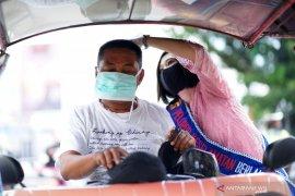 Polwan Gorontalo bagikan masker ke warga peringati Hari Kartini