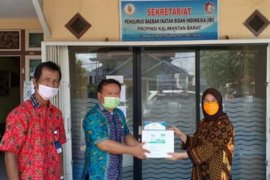 BKKBN Kalbar berikan bantuan ribuan APD pada Ikatan Bidan Indonesia