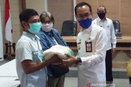 Terus bina silaturahmi dengan wartawan, Sekda HSS serahkan paket sembako
