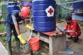 PMI Tangerang bagikan cairan disinfektan kepada masyarakat