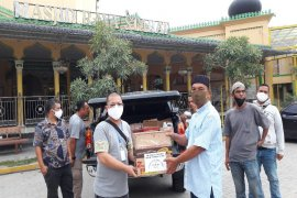 Masyarakat Etnis Tionghoa Stabat bagikan disinfektan, sabun cair kepada puluhan masjid