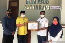 Partai Golkar Aceh serahkan APD untuk paramedis di RSUD Nagan Raya