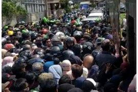 Polisi bubarkan kerumunan pembagian sembako di rumah Gubernur Kaltim