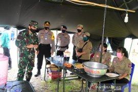 Danrem 091/ASN Tinjau Dapur Umum Lapangan Milik TNI