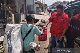 Kader PDIP Garut bagikan bantuan pangan untuk pemulung jelang puasa