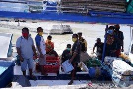 Foto - Nelayan dan pedagang di PPI Gorontalo wajib pakai masker