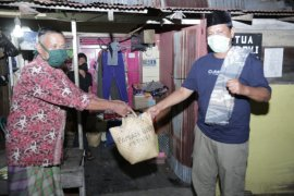 South Kalimantan governor visits COVID-19 affected, distributes aid