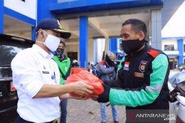 Dishub Kota Tangerang berikan paket sembako ke pengemudi ojek daring