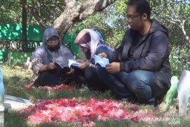 Muslim di Bali laksanakan ziarah makam jelang Ramadhan (video)