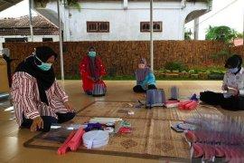 Bhayangkari Polresta Jambi bikin APD untuk tenaga medis COVID-19