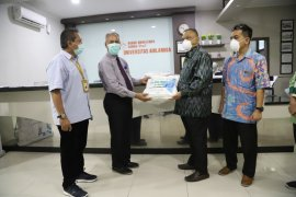 1.500 APD dibagikan Pelindo III kepada rumah sakit di Surabaya dan Bali