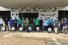 Camat di Perbatasan Bersama Relawan Semprotkan Disinfektan
