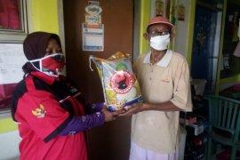 Warga terdampak COVID-19 di delapan kecamatan Surabaya dapat bantuan paket beras