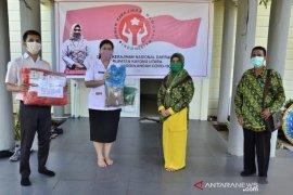 Dekranasda Kayong Utara serahkan APD untuk tim medis