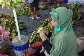 Pedagang anyaman ketupat di Kota Ambon panen rejeki