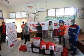 Pertamina berikan bantuan APD dan paket sembako ke Puskesmas Siantan Hilir