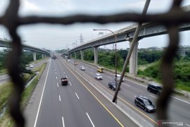Arus lalu lintas di Jalan Tol Jakarta-Cikampek menurun