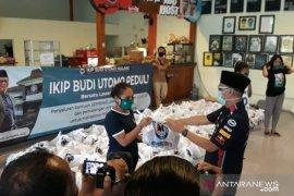 IKIP Budi Utomo Malang bagi-bagi sembako dan pasang wifi untuk mahasiswa