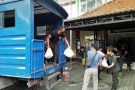 Sembako bantuan CSR perusahaan mulai didistribusikan ke warga MBR Surabaya