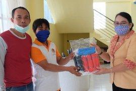 Ketua Dekranasda Sekadau salurkan masker untuk petugas kebersihan
