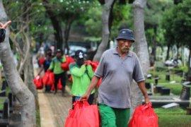 Penggali kubur di Jakarta peroleh bantuan sembako