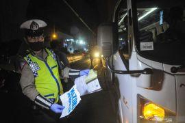 Polda Metro Jaya memeriksa sejumlah kedaraan dicurigai bawa pemudik Rabu malam