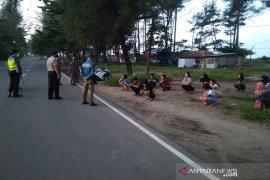 Satpol PP bubarkan kerumunan massa di Pantai Panjang Bengkulu