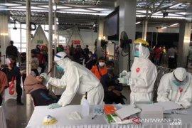 Tes swab jaring ratusan penumpang KRL di Stasiun Bogor