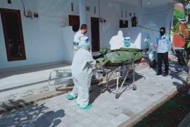 Petugas medis Klungkung gunakan APD evakuasi korban gantung diri