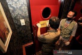 Satpol PP tutup paksa 20 toko yang langgar PSBB di Bandung