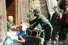 """Kodim Barabai """"door to door"""" bagikan sembako kepada masyarakat"""