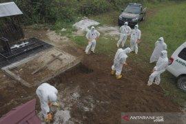 Enam Personel Polres Kutai Barat Makamkan Pasien Diduga Terjangkit COVID-19