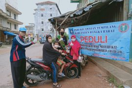Para guru di Bangka Barat bagikan 1.000 masker kain ke warga