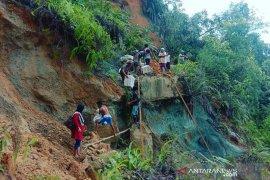 Tertimbun longsor, Desa Lebong Tandai di Bengkulu terisolir
