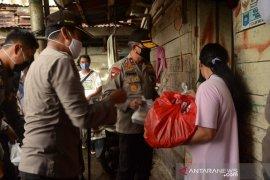 Polda Babel bagikan paket sembako kepada masyarakat kurang mampu