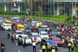Kemacetan di perbatasan Surabaya-Sidoarjo hari pertama PSBB