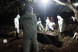 Meninggal di Bali, warga Situbondo dimakamkan sesuai protokol penanganan COVID-19