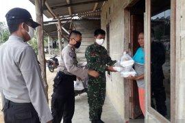 Polisi dan TNI di Bangka Barat bagikan 250 paket makanan buka puasa