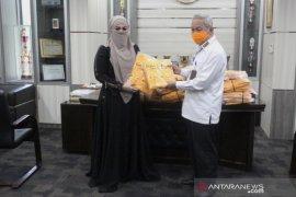 Bupati HST terima donasi APD dari brand pakaian muslim ternama Lina Sukijo