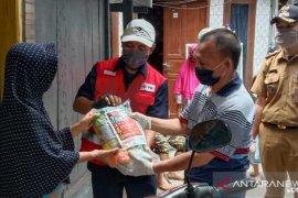 PMI distribusikan 4.380 paket sembako ke warga terdampak COVID-19