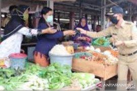 Bupati Bangka bagikan 500 masker ke pedagang di Pasar Baturusa