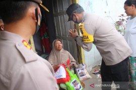 Polisi Bangka Barat salurkan bantuan sembako di Kelapa