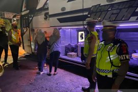 Polisi temukan pemudik sembunyi di toilet bus