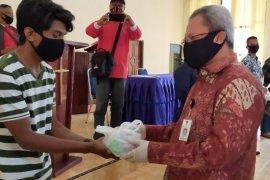 Musisi dan guru PAUD terdampak COVID-19 di Ambon terima sembako
