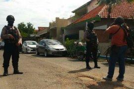 Densus 88 geledah gudang ekspedisi tempat kerja terduga teroris di Surabaya