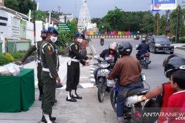 Denpom VI/1 Samarinda bagi takjil gratis pada pengendara motor