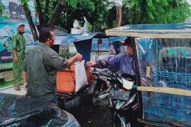 Serikat Pekerja Pelindo I Sibolga bagikan beras dan masker kepada tukang becak