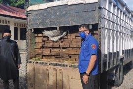 Polisi kembali amankan satu unit mobil Colt pengangkut kayu ilegal di Aceh Jaya