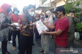 Pemerintah Kota Singkawang bagikan beras kepada ratusan pedagang